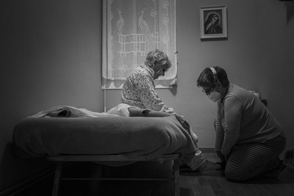 La Núria posa el pijama a la seva mare tot just abans d'anar a dormir.