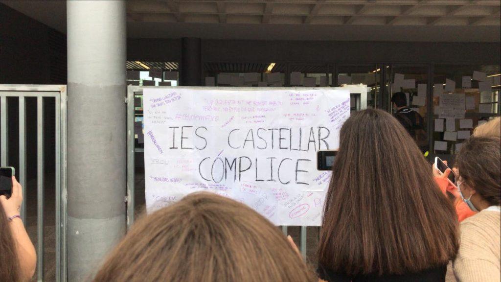 Cartell a l'entrada del centre on els alumnes acusen a l'institut de còmplice   Foto: J.G.